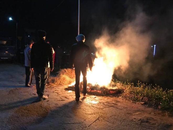 Xe tải lao xuống sông ngày giáp tết, người dân đốt lửa sưởi ấm cho tài xế - Ảnh 2.