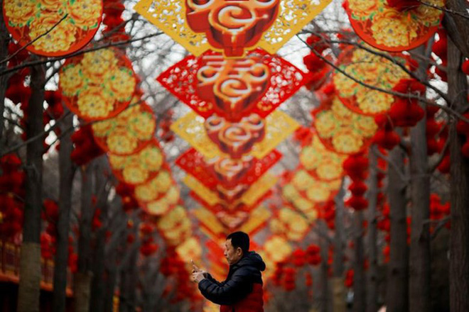 Châu Á ngập tràn sắc đỏ cùng linh vật chú chó chào Tết Nguyên Đán - ảnh 1