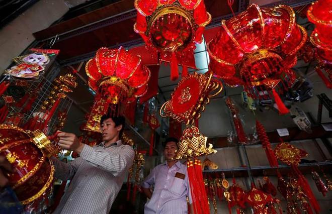 Châu Á ngập tràn sắc đỏ cùng linh vật chú chó chào Tết Nguyên Đán - ảnh 6