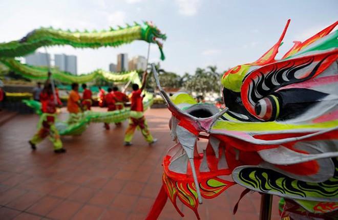 Châu Á ngập tràn sắc đỏ cùng linh vật chú chó chào Tết Nguyên Đán - ảnh 9
