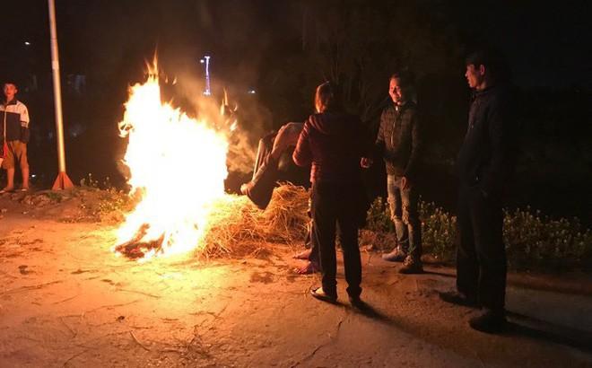 Xe tải lao xuống sông ngày giáp Tết, người dân đốt lửa sưởi ấm cho tài xế