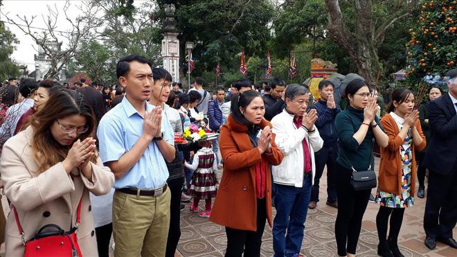Đền Trần Nam Định tấp nập người đi lễ cầu may đầu năm - Ảnh 3.