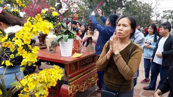 Đền Trần Nam Định tấp nập người đi lễ cầu may đầu năm - Ảnh 4.