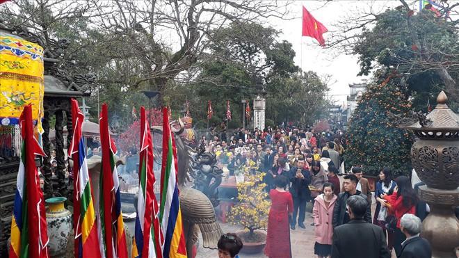 Đền Trần Nam Định tấp nập người đi lễ cầu may đầu năm - Ảnh 5.