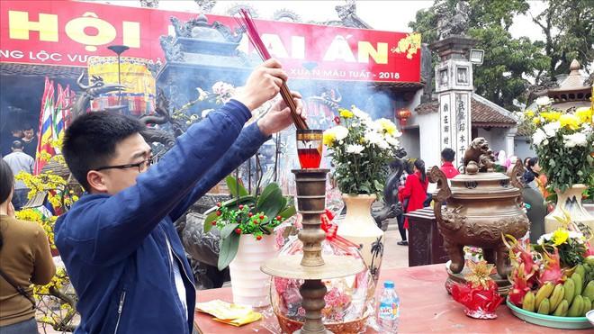 Đền Trần Nam Định tấp nập người đi lễ cầu may đầu năm - Ảnh 6.