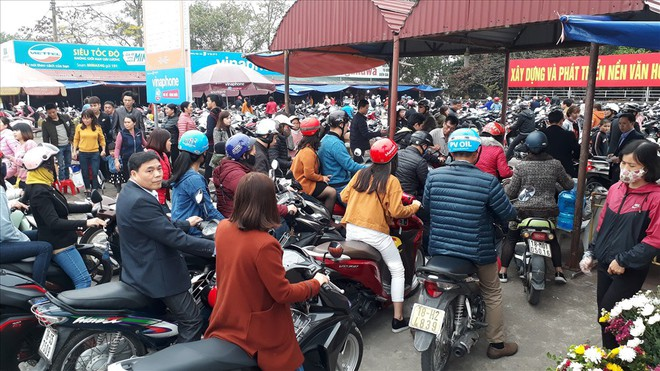 Đền Trần Nam Định tấp nập người đi lễ cầu may đầu năm - Ảnh 8.