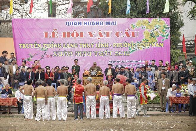 Các cụ già mình trần hào hứng tham gia hội vật cầu ở Hà Nội - Ảnh 1.