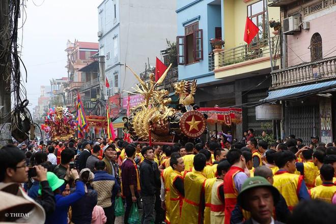 Pháo dài 6m được rước suốt 2 tiếng tại lễ hội Đồng - Ảnh 6.