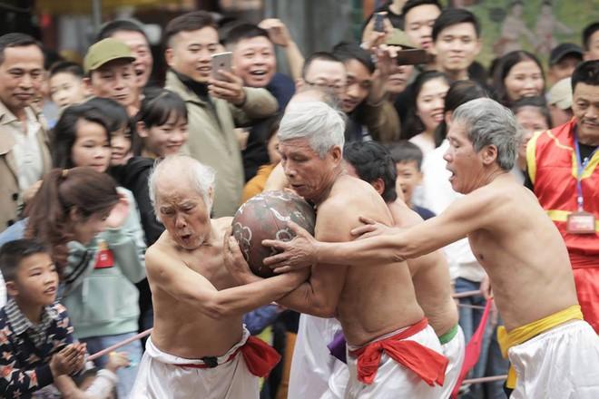 Các cụ già mình trần hào hứng tham gia hội vật cầu ở Hà Nội - Ảnh 2.
