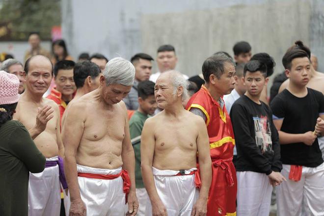 Các cụ già mình trần hào hứng tham gia hội vật cầu ở Hà Nội - Ảnh 3.