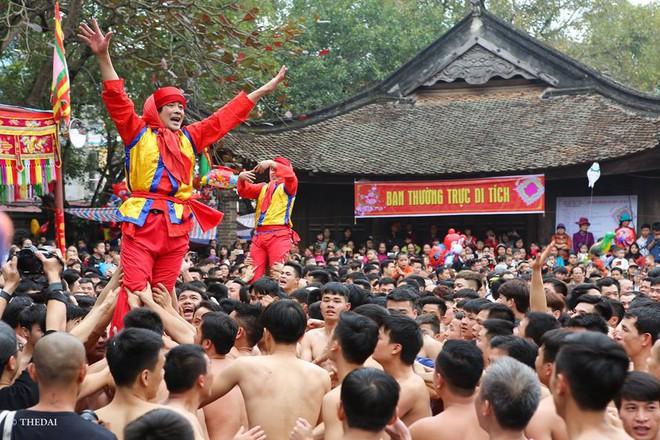 Pháo dài 6m được rước suốt 2 tiếng tại lễ hội Đồng - Ảnh 10.