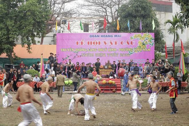 Các cụ già mình trần hào hứng tham gia hội vật cầu ở Hà Nội - Ảnh 4.