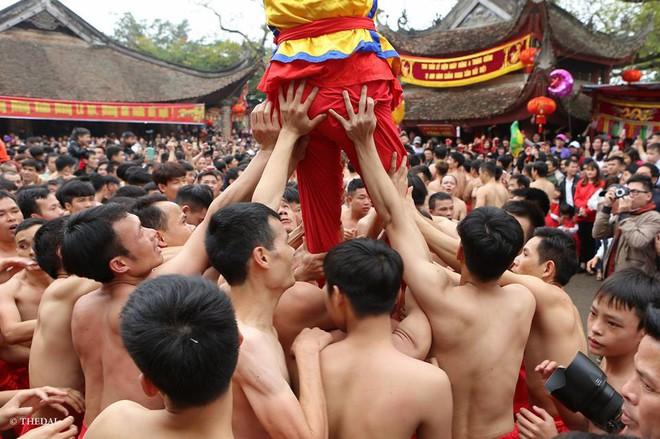 Pháo dài 6m được rước suốt 2 tiếng tại lễ hội Đồng - Ảnh 11.