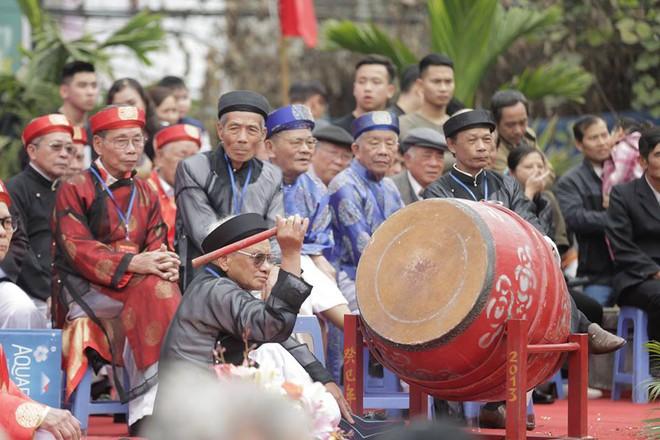 Các cụ già mình trần hào hứng tham gia hội vật cầu ở Hà Nội - Ảnh 5.