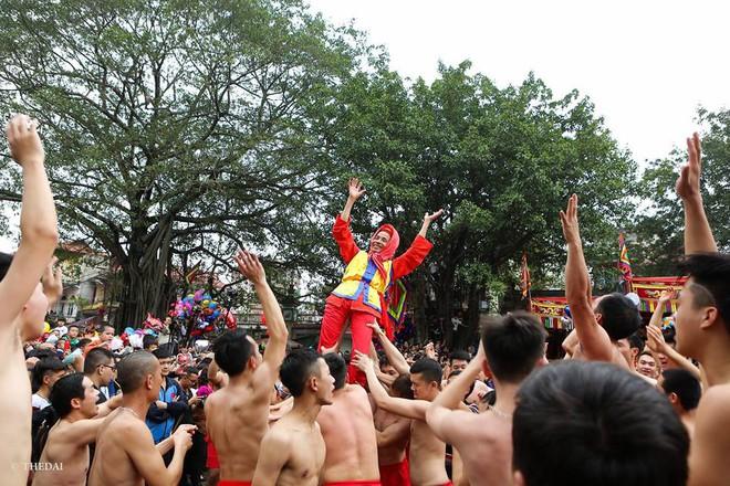 Pháo dài 6m được rước suốt 2 tiếng tại lễ hội Đồng - Ảnh 12.