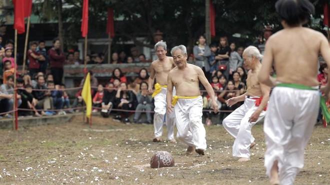 Các cụ già mình trần hào hứng tham gia hội vật cầu ở Hà Nội - Ảnh 6.