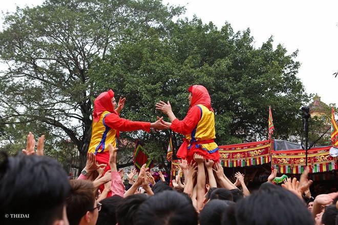 Pháo dài 6m được rước suốt 2 tiếng tại lễ hội Đồng - Ảnh 13.