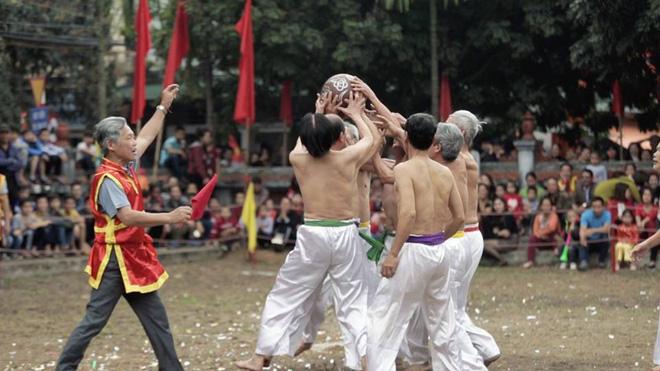Các cụ già mình trần hào hứng tham gia hội vật cầu ở Hà Nội - Ảnh 8.