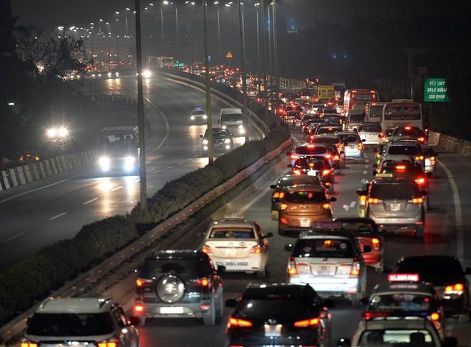 Tối mùng 4 Tết, ô tô xếp hàng dài ở 2 đầu trạm thu phí Pháp Vân về Hà Nội - Ảnh 2.