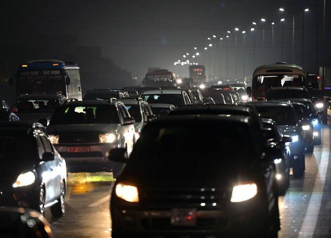 Tối mùng 4 Tết, ô tô xếp hàng dài ở 2 đầu trạm thu phí Pháp Vân về Hà Nội - Ảnh 3.