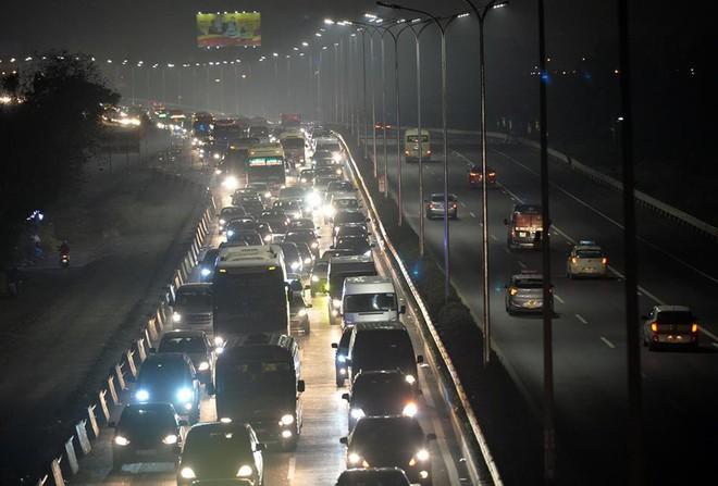 Tối mùng 4 Tết, ô tô xếp hàng dài ở 2 đầu trạm thu phí Pháp Vân về Hà Nội - Ảnh 4.