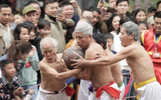 Các cụ già mình trần hào hứng tham gia hội vật cầu ở Hà Nội