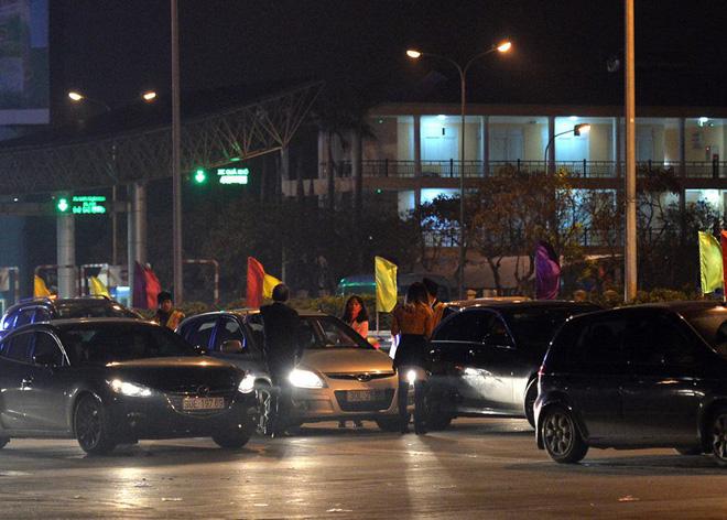 Tối mùng 4 Tết, ô tô xếp hàng dài ở 2 đầu trạm thu phí Pháp Vân về Hà Nội - Ảnh 6.