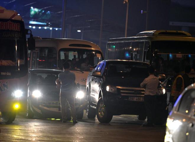 Tối mùng 4 Tết, ô tô xếp hàng dài ở 2 đầu trạm thu phí Pháp Vân về Hà Nội - Ảnh 7.