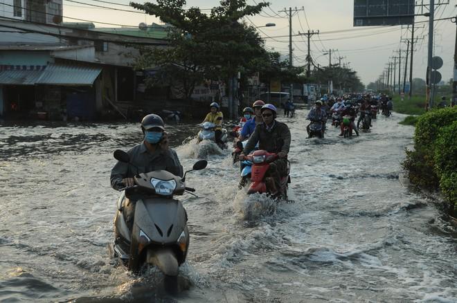 Nước dâng ngập lút bánh xe trên nhiều tuyến đường ở Sài Gòn - Ảnh 3.