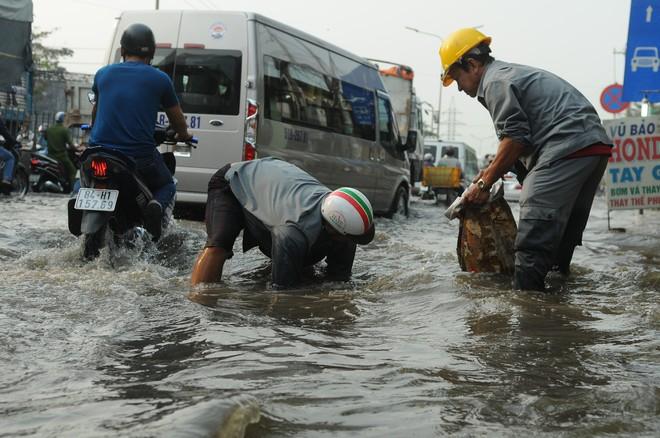 Nước dâng ngập lút bánh xe trên nhiều tuyến đường ở Sài Gòn - Ảnh 6.