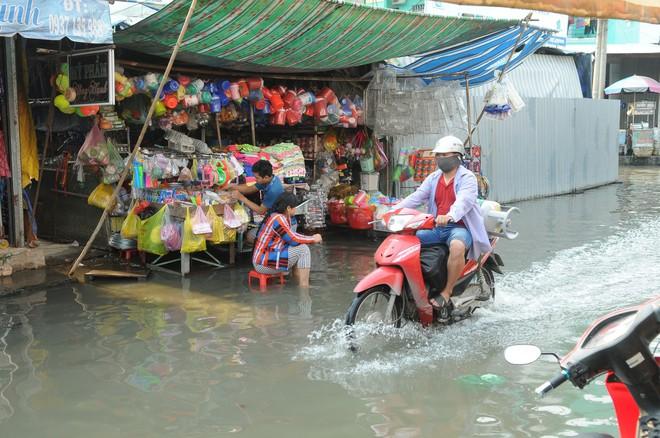 Nước dâng ngập lút bánh xe trên nhiều tuyến đường ở Sài Gòn - Ảnh 8.