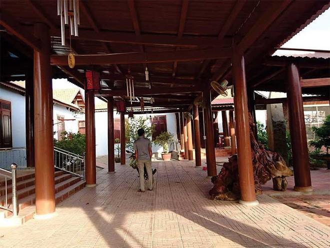Đường bê tông làm đến cổng biệt phủ gỗ của nguyên chủ tịch huyện thì tạm dừng vì hết vốn - Ảnh 1.