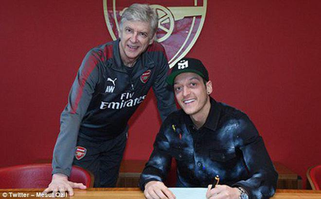 Arsenal giữ chân Ozil bằng lương
