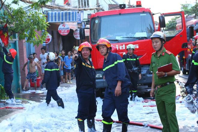 Căn nhà 2 tầng bị lửa thiêu rụi ở Sài Gòn ngày mùng 5 Tết - Ảnh 2.