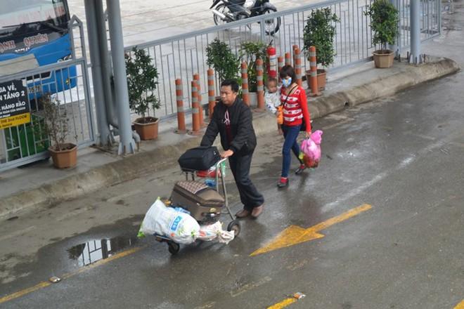 Ảnh: Người dân lỉnh kỉnh đồ đạc trở lại thủ đô sau dịp nghỉ Tết - Ảnh 4.