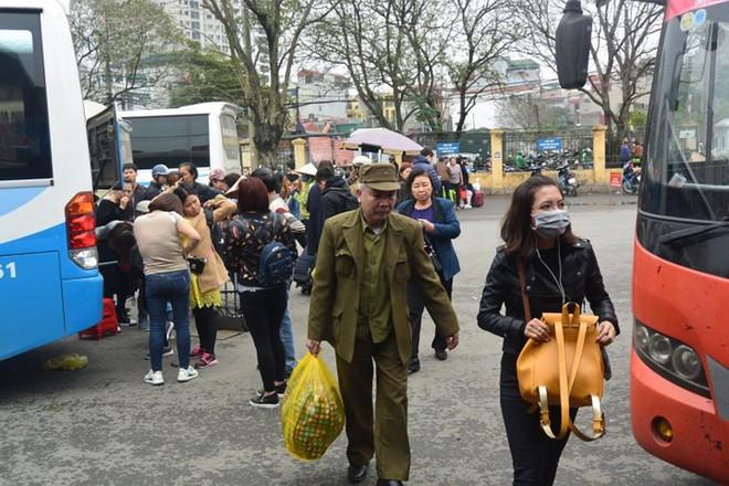 Ảnh: Người dân lỉnh kỉnh đồ đạc trở lại thủ đô sau dịp nghỉ Tết - Ảnh 7.