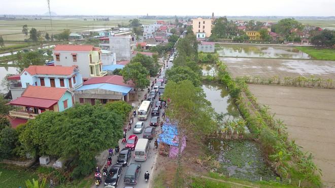 Ảnh: Tắc đường dài 3km, người dân ùn ùn đội mưa đi bộ vào chợ Viềng - Ảnh 16.