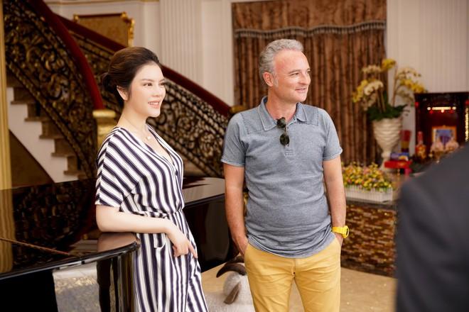 Lý Nhã Kỳ mời nhà sản xuất phim thế giới thăm biệt thự dát vàng, du thuyền triệu đô riêng - Ảnh 1.
