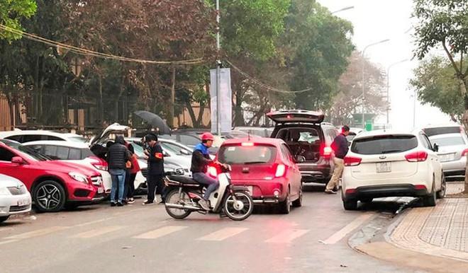 Kiểm tra đột xuất, phát hiện nhiều bãi trông xe chặt chém ở Hà Nội - Ảnh 1.