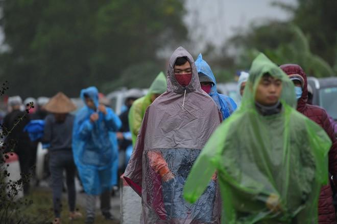 Ảnh: Tắc đường dài 3km, người dân ùn ùn đội mưa đi bộ vào chợ Viềng - Ảnh 4.