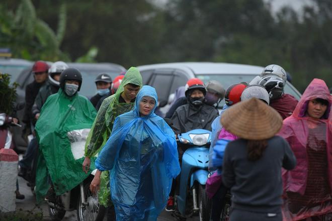 Ảnh: Tắc đường dài 3km, người dân ùn ùn đội mưa đi bộ vào chợ Viềng - Ảnh 6.