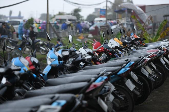 Ảnh: Tắc đường dài 3km, người dân ùn ùn đội mưa đi bộ vào chợ Viềng - Ảnh 15.