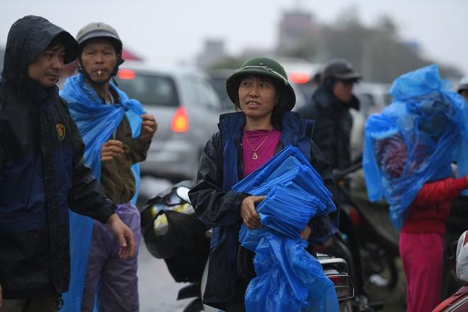 Ảnh: Tắc đường dài 3km, người dân ùn ùn đội mưa đi bộ vào chợ Viềng - Ảnh 8.