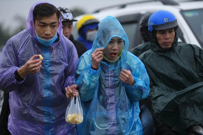 Ảnh: Tắc đường dài 3km, người dân ùn ùn đội mưa đi bộ vào chợ Viềng - Ảnh 9.