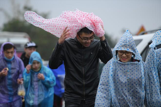 Ảnh: Tắc đường dài 3km, người dân ùn ùn đội mưa đi bộ vào chợ Viềng - Ảnh 10.