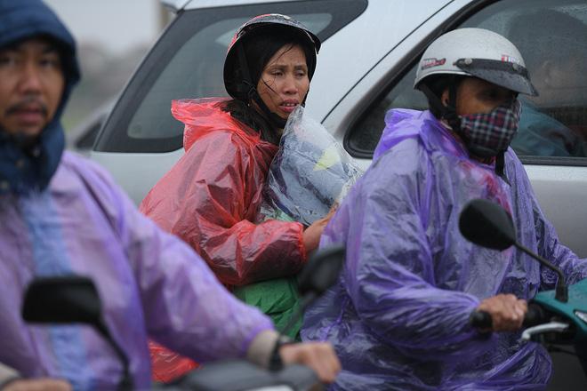 Ảnh: Tắc đường dài 3km, người dân ùn ùn đội mưa đi bộ vào chợ Viềng - Ảnh 12.