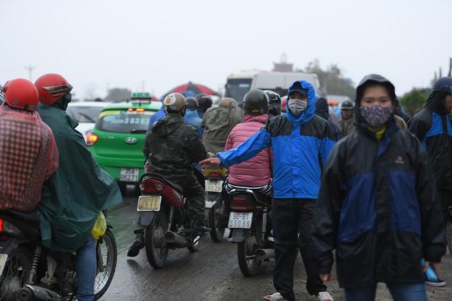 Ảnh: Tắc đường dài 3km, người dân ùn ùn đội mưa đi bộ vào chợ Viềng - Ảnh 14.