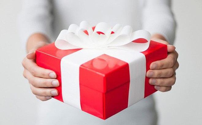 Kết quả hình ảnh cho tặng quà