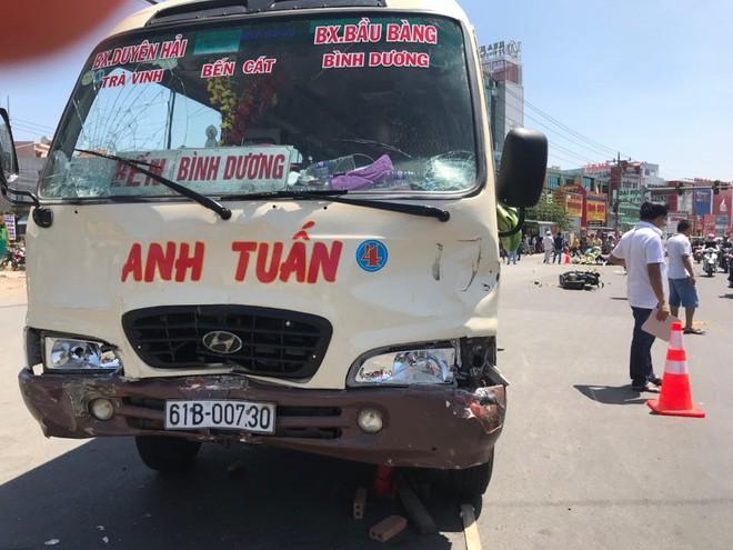 Xe khách vượt đèn đỏ tông hàng loạt xe máy, ít nhất 6 người bị thương - Ảnh 3.