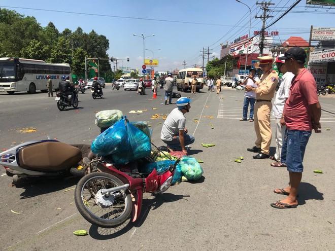 Xe khách vượt đèn đỏ tông hàng loạt xe máy, ít nhất 6 người bị thương - Ảnh 2.